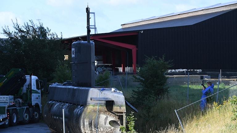Ubåten har lyfts i land i Frihamnen i Köpenhamn och ska undersökas av kriminaltekniker under dagen.