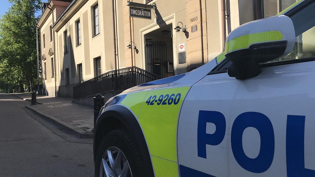 En nämndeman från Norrköping får sparken från sitt uppdrag. Han lämnade sena återbud och hotade poliser i samband med en fortkörning.