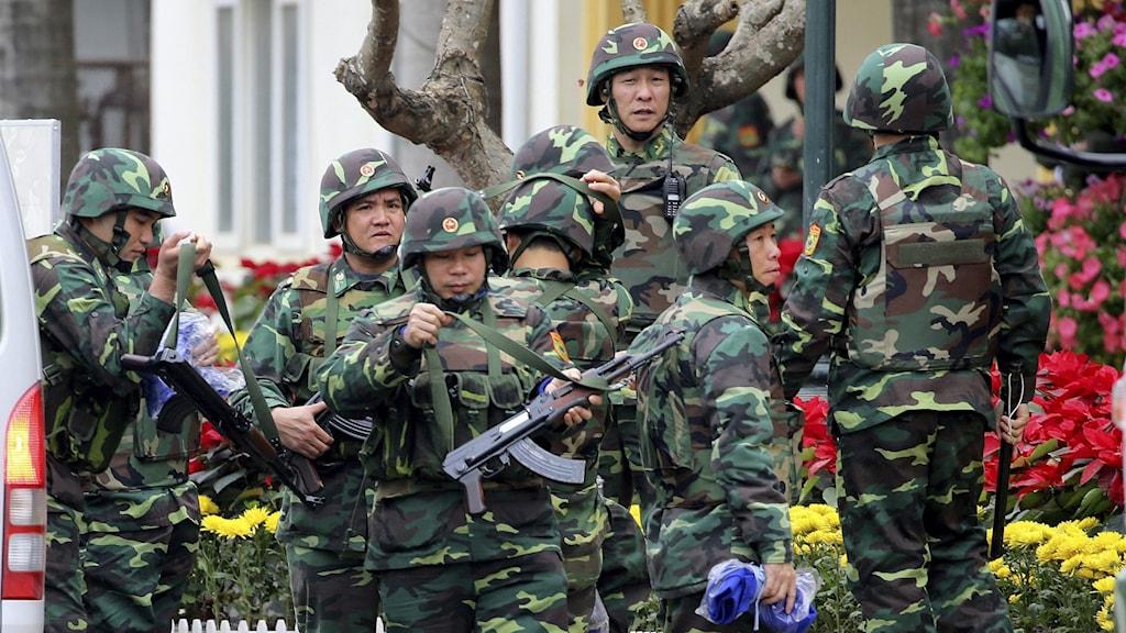 Vietnamesiska soldater utanför en tågstation.