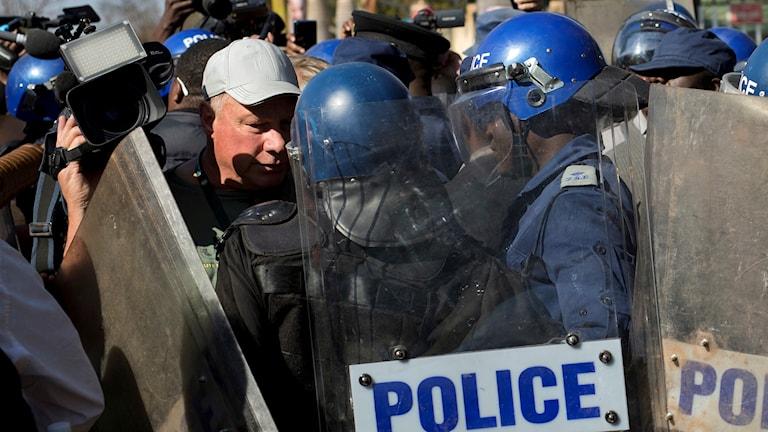 Polis med hjälmar.