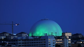 Globen arena lystes på fredagskvällen upp med grönt ljus i protest mot att USA lämnar klimatavtalet.
