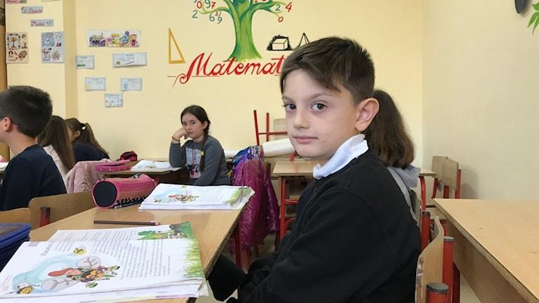 Nioårige Luis första skoldag sedan jordbävningen som drabbade Albanien den 26 november.