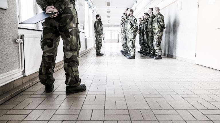 Värnpliktiga uppställda i en korridor på Norrbottens regemente