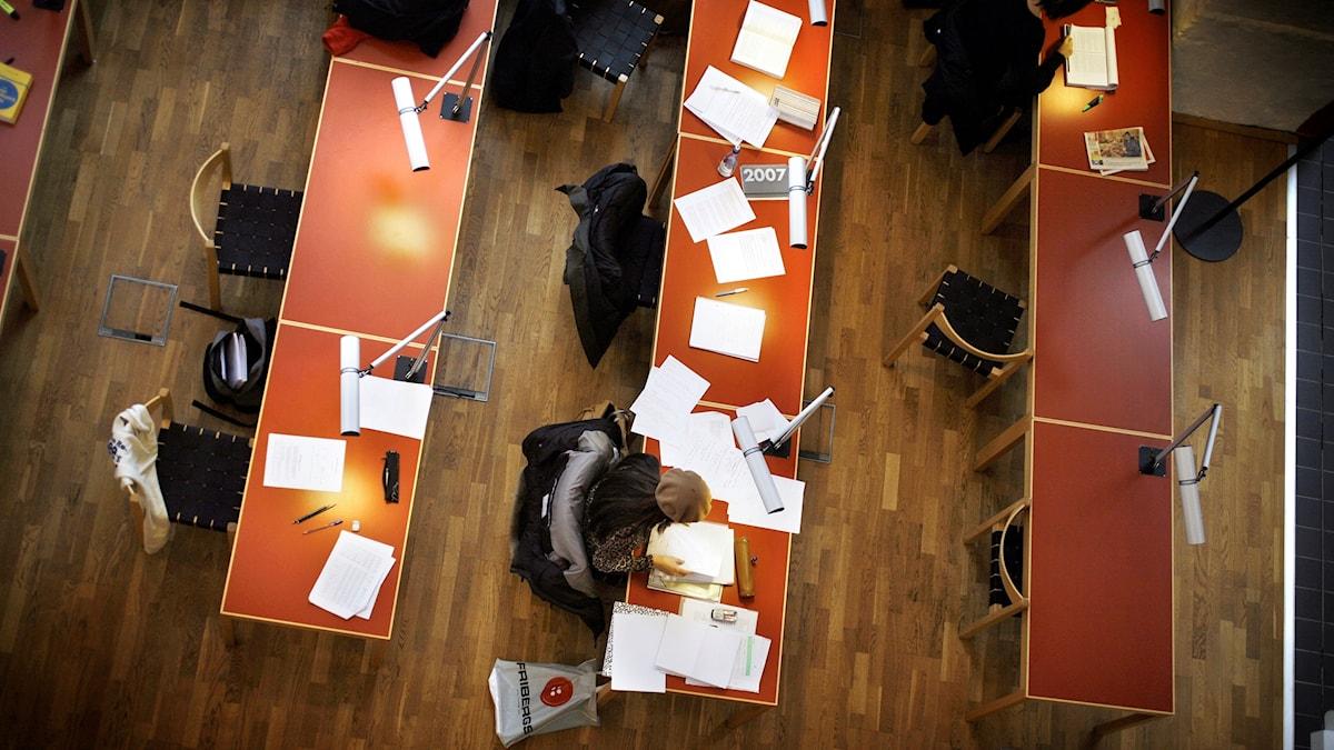 Bild tagen ovanför skrivbord där studenter vid högskolan i Jönköping sitter och studerar.