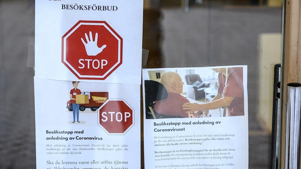 Flera lappar som hänvisar till besöksförbud på grund av coronaviruset sitter på en glasdörr.