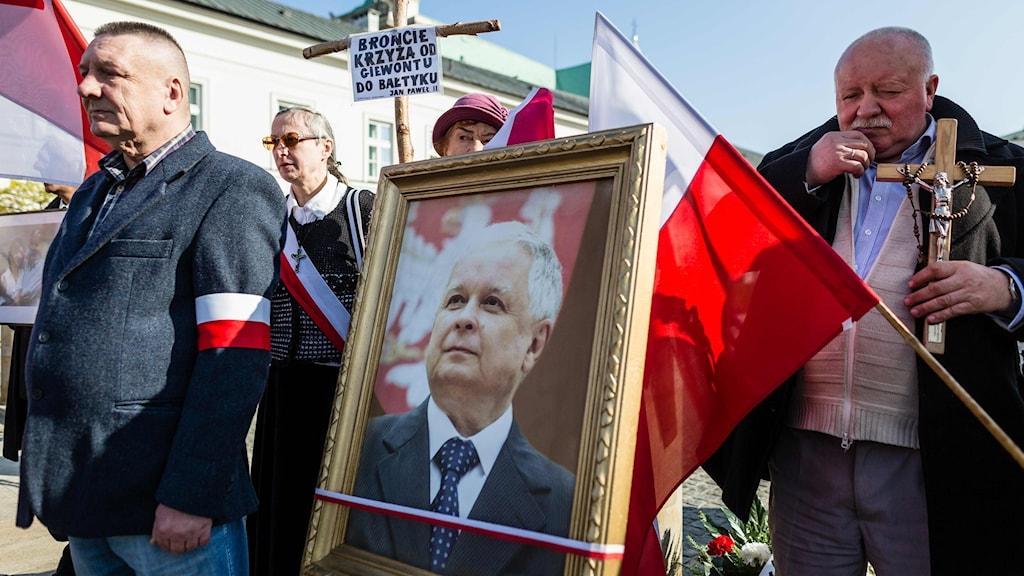 Supportrar till det styrande partiet Lag och rättvisa demonstrerar på årsdagen för Smolensk-kraschen.