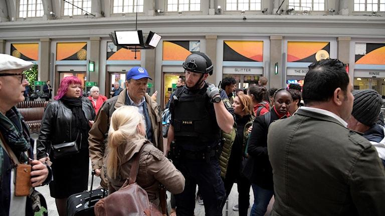 Polis på centralstationen i Stockholm.