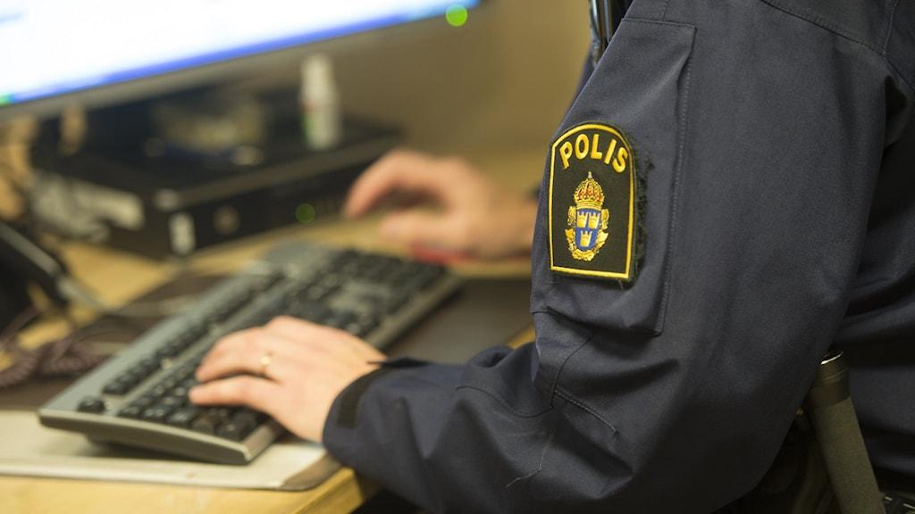 Polis i inre tjänst vid en dator