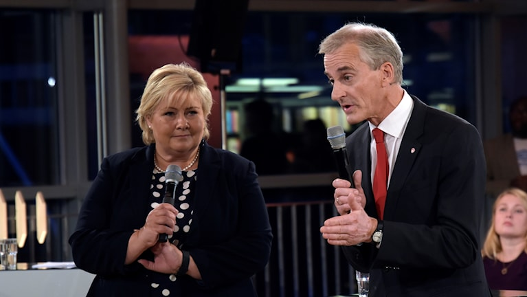 Kvinna och man i en tv-studio.