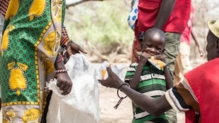 En ung pojke i Turkana i norra Kenya har fått ett paket terapeutisk mat (RUTF) av Rädda Barnen. RUTF är en slags nötkräm som är färdig att ätas direkt av barn som bedömts som undernärda. Turkana har varit ett av de värst drabbade områdena av torkan under 2017. FNs uppskattningar visar att undernäring i detta område är så hög som 30% hos barn under fem år.