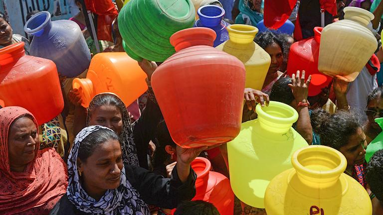 Indiska kvinnor protesterar med tomma vattendunkar i indiska staden Chennai, där vattnet tagit slut.