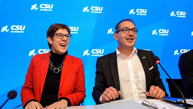 CDU:s partiledare Annegret Kramp-Karrenbauer och CSU:s gruppledare Alexander Dobrindt bjuder på ett skratt.