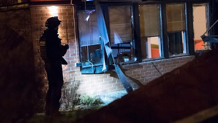 Polisens bombtekniker på plats efter att en sprängladdning har detonerat i anslutning till en bostad i Staffanstorp i Skåne, uppger polisen. Kvällsposten skriver att det rör sig om ett radhus. Enligt yttre polisbefäl på plats rubriceras ärendet inledningsvis som försök till mord, rapporterar Sydsvenskan. Foto: