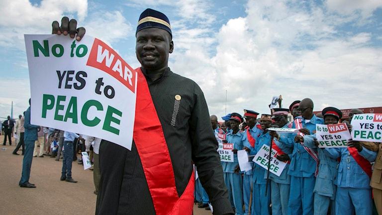 Sydsudaneser håller upp skyltar med ett fredsbudskap. Arkivbild.