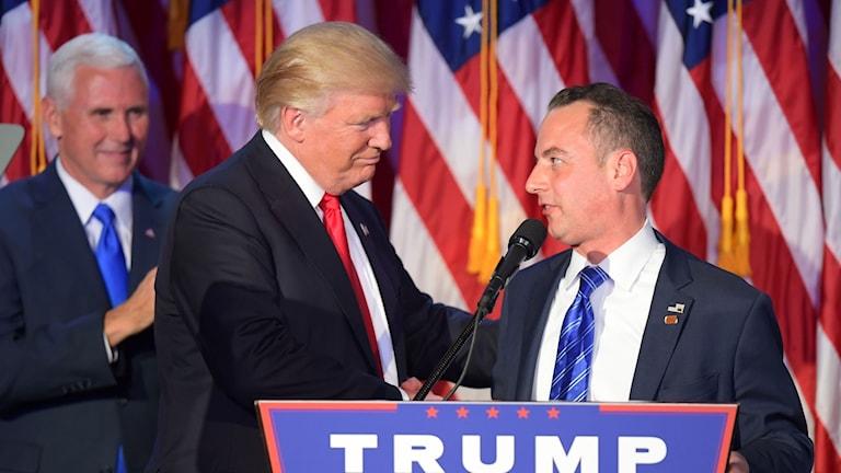 Donald Trump skakar hand med Reince Priebus.