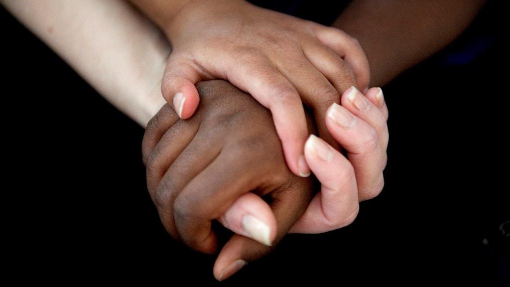 Barn som tar varandra i handen.