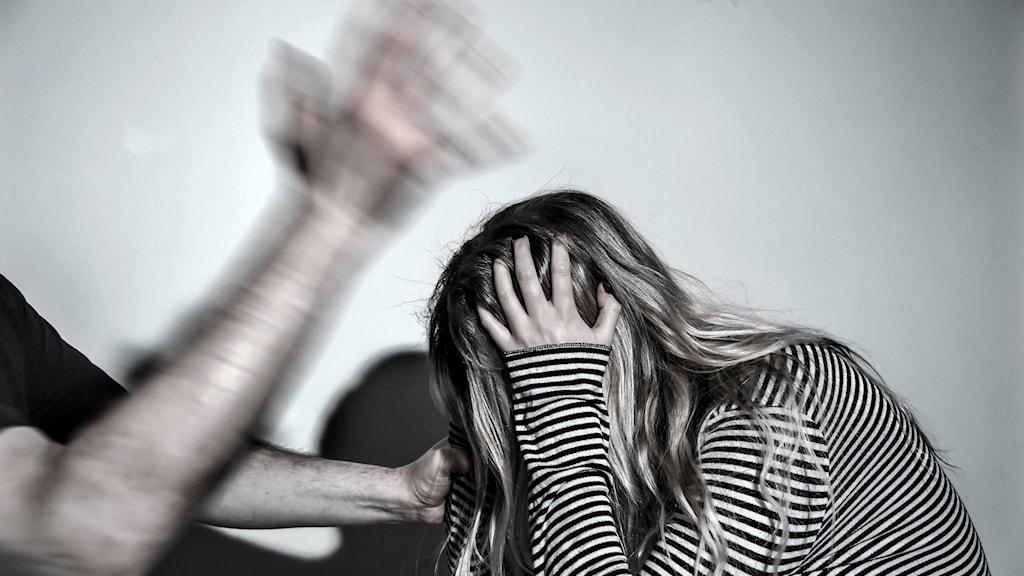Kvinna som blir slagen av en man.