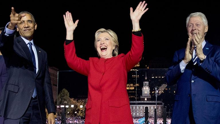 Hillary Clinton tillsammans med sin make Bill och president Barack Obama på scen i Philadelphia.
