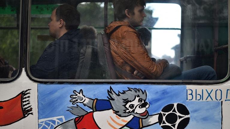 Passagerare på en målad buss.