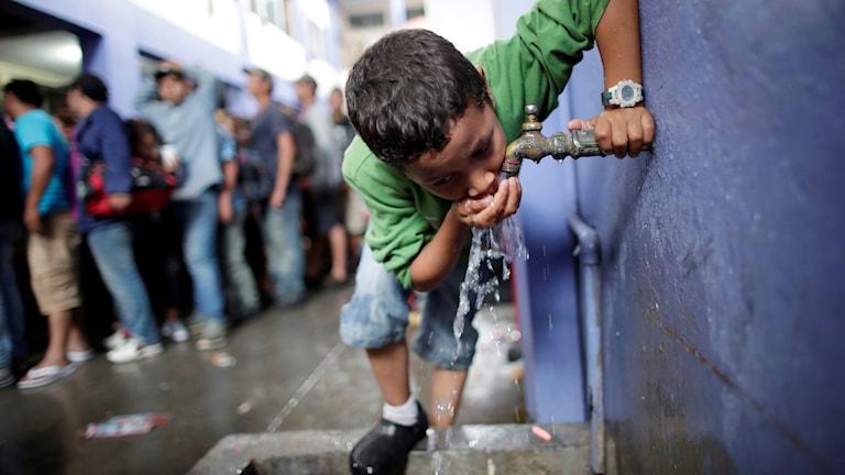 Migranter tar sig över gränsen mellan Guatemala och Mexiko.