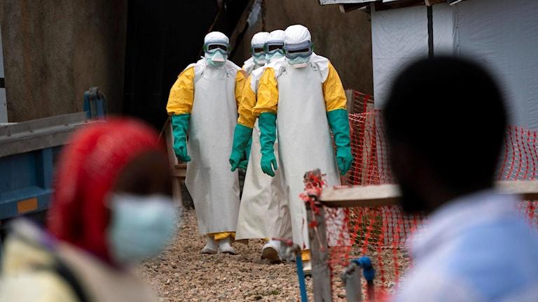 Sjukvårdare vid en ebolaklinik.