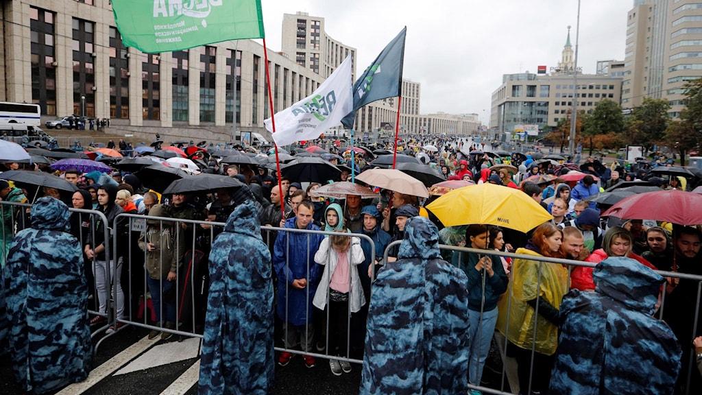 Protesterande människor under dagens protester i Moskva.