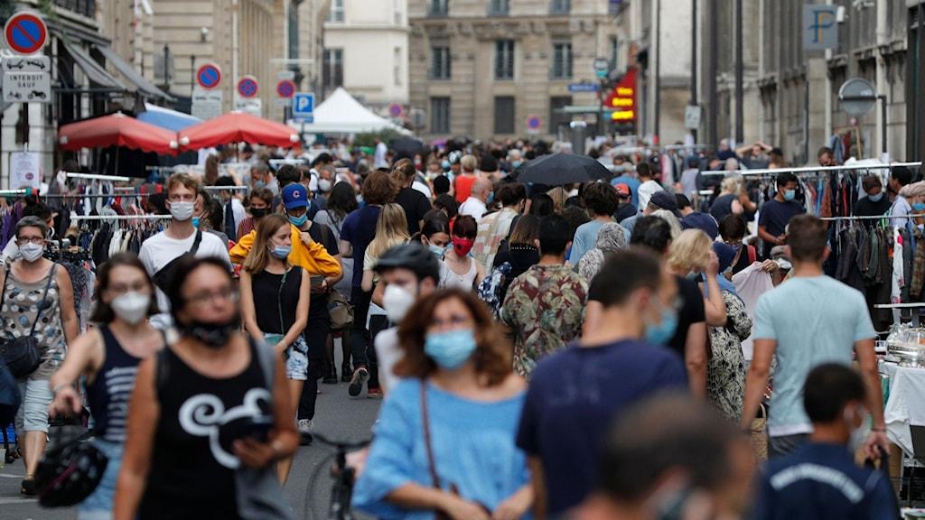 Människor som går på en gata i Paris.