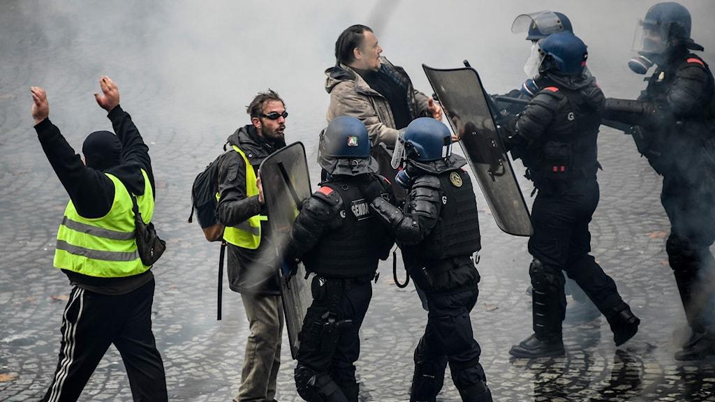 Våldsamma sammandrabbningar mellan demonstranter och polis i Paris.