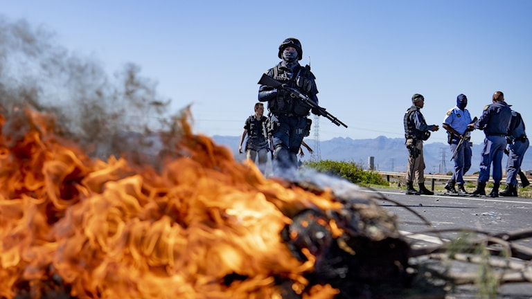 Sydafrikansk kravallpolis möter demonstranter utanför Cape town den 22 april.