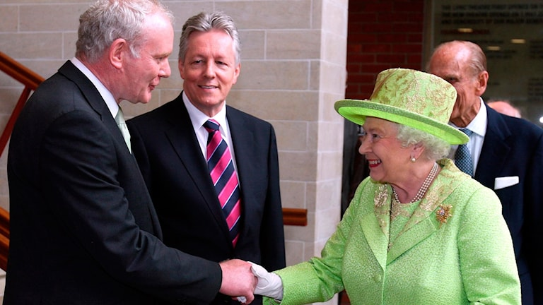 Martin McGuiness skakar hand med Drottning Elisabeth 2012.