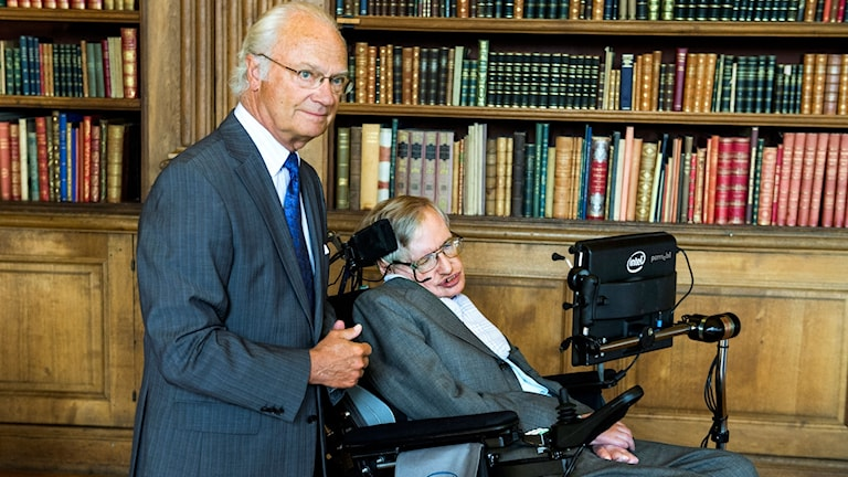 Kung Carl XVI Gustaf och den brittiske fysikern Stephen Hawking på kungliga slottet i augusti 2015. Hawking var då i Sverige för att delta i Hawking Radiation Conference.