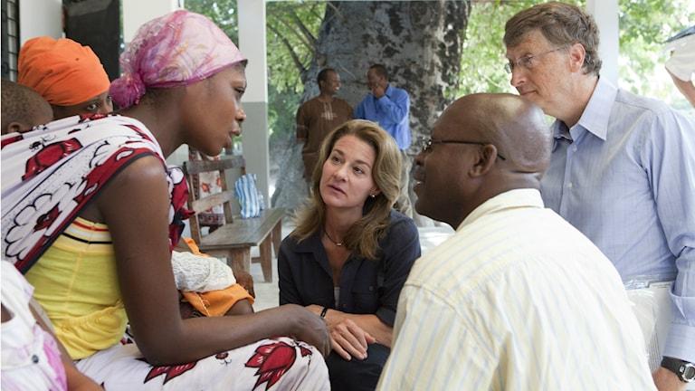 Bill och Melinda Gates pratar med föräldrar vars barn får det experimentella malariavaccinet RTS,S i Tanzania.