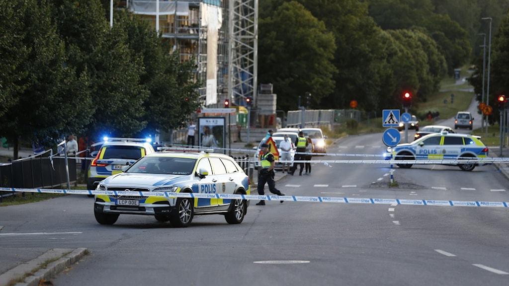 Skottlossning i Berga, poliser och avspärrningar.