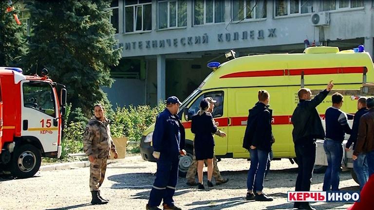 Blåljuspersonal utanför skolan där 19 elever sköts ihjäl, enligt ryska medier.
