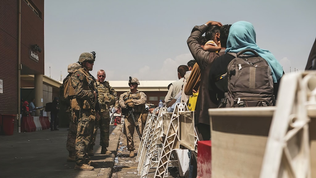 Militär och familjer på Kabuls flygplats
