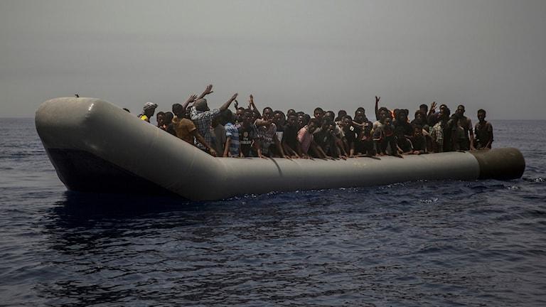 Flyktingar i gummibåt på Medelhavet.