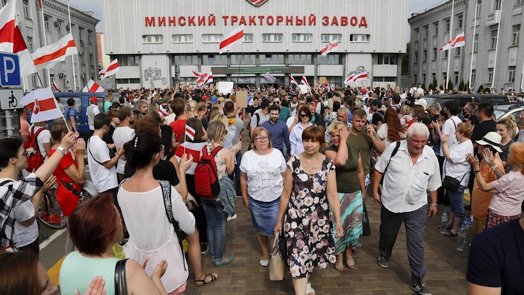 Vid traktorfabriken i Minsk fick de strejkande idag stöd av filharmoniska orkesterns kör.