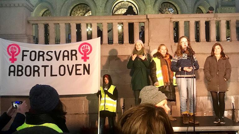 Ett tusental demonstranter, vissa med röda flaggor, hade samlats framför Stortinget för att visa sitt stöd för Norges abortlag i sin nuvarande form.
