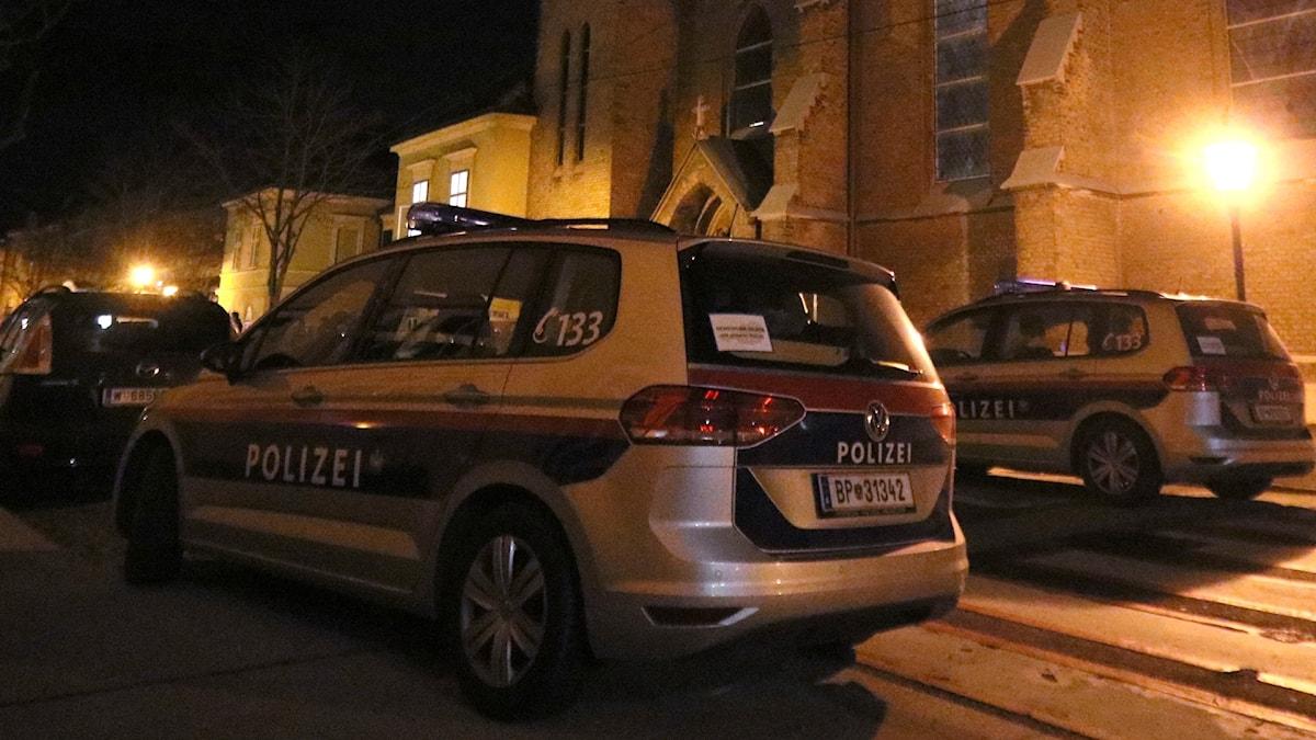 Polisbilar utanför kyrka i Wien