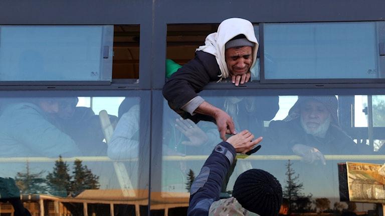 Syrier som evakuerats från rebellkontrollerade områden i Aleppo anländer till Khan al-Aassal på väg till andra rebellkontrollerade områden.