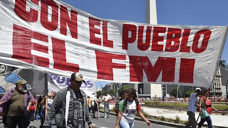 Demonstranter med banderoll.