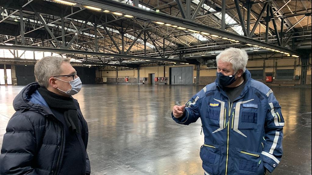 Bild på man i blå jacka, vitt hår; Albrecht Broemmer samordnar bygget av de sex vaccinationscentralerna som ska stå klara i Berlin i mitten på december.