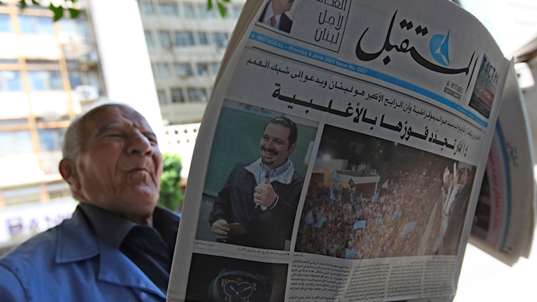 En man läser en tidning som publicerats av libanesiska premiärministerns parti, Framtidsrörelsen. Arkivbild från 2009.