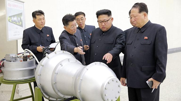 Nordkoreas diktator Kim Jong-Un vid det som påstås vara en vätebomb.