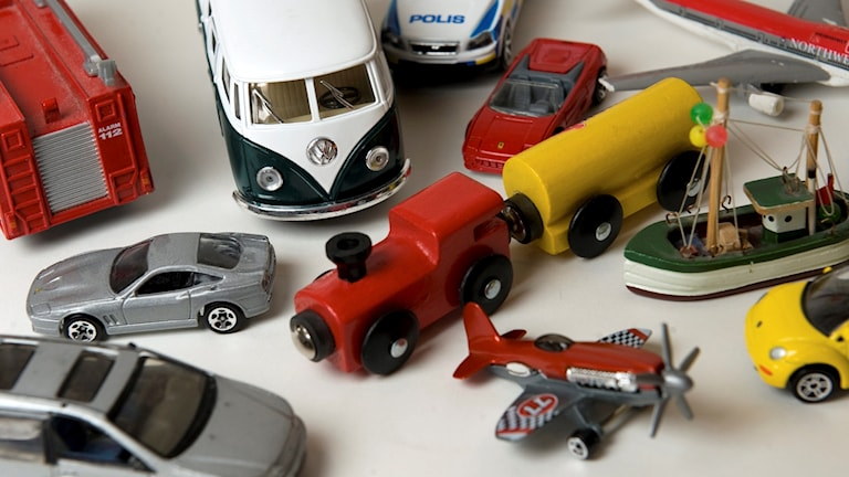 Olika leksaker på ett vitt bord