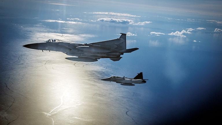 Svenskt Gripenplan deltar i en övning med Natoflyg över Östersjön 2014.