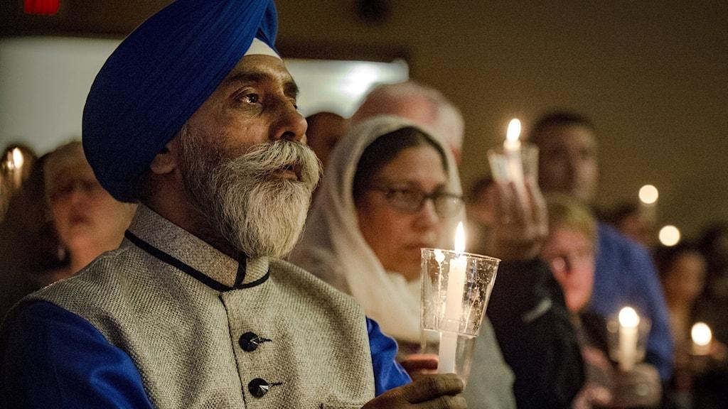 Hundratals människor hedrade i söndags offret för skjutningen på en bar i förra veckan.  Foto: Allison Long/TT.
