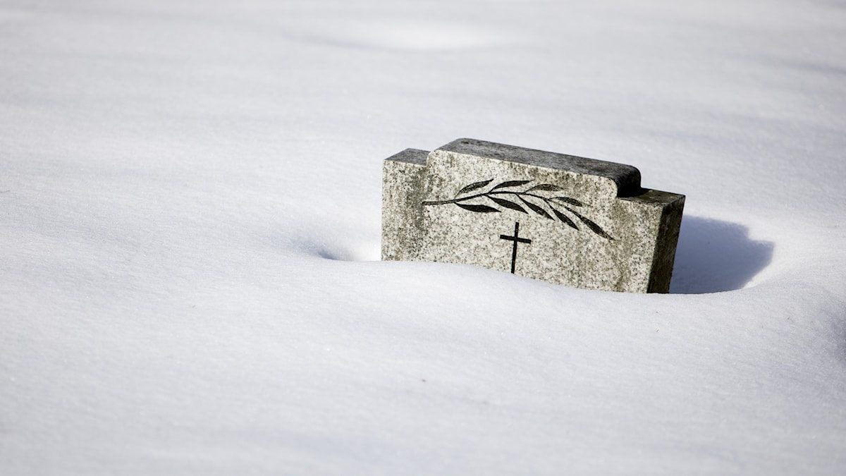 Översnöad gravsten.