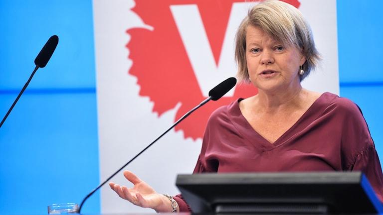 Vänsterpartiets ekonomisk-politiska talesperson Ulla Andersson (V) presenterar partiets höstbudget under en pressträff i riksdagens pressrum.