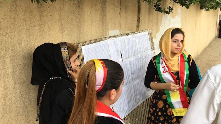 Jian Farhad letar efter sitt namn på en namnlistan